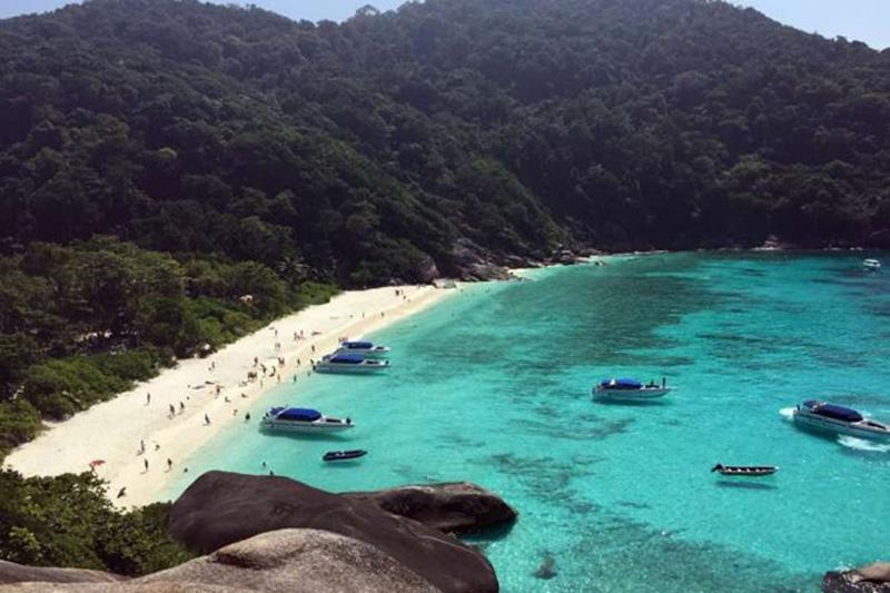 Được tạo thành từ 11 hòn đảo nhỏ, quần đảo Similan nằm ở phía bắc của đảo Phuket, với đảo chính tên là Koh Island là một nơi tuyệt đẹp. Khung cảnh ở đây như tranh vẽ, bờ cát trắng mịn, nước biển xanh trong vắt và hàng dừa thẳng tắp lắc lư trong gió. Ở đây, khách du lịch có thể tham gia các buổi lặn ngắm san hô nhiệt đới và xem các sinh vật biển như cá mập, cá đuối…