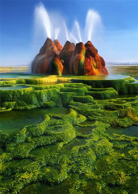 Mạch nước ở Nevada, Mỹ được cho là kết quả của việc khoan thăm dò diễn ra gần đó vào giữa những năm 1960. Màu sắc của nó bắt nguồn từ loài tảo phát triển mạnh ở nhiệt độ cao.