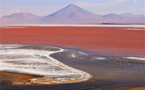 Từ màu nước đến sự hình thành các tảng đá ấn tượng, Salar de Uyuni, Bolivia trở thành điểm đến khác thường nhất trên thế giới. Đây là cánh đồng muối lớn nhất thế giới, được hình thành từ nhiều hồ xa xưa.