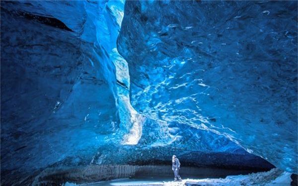 Động Mendenhall Glacier ở Alaska, Mỹ nổi tiếng với những bức tường băng có màu xanh khác nhau mà tia sáng có thể xuyên qua phản chiếu ánh lung linh.