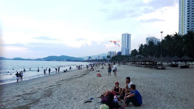 bãi tắm đêm, Nha Trang, du lịch Nha Trang, tắm biển ban đêm