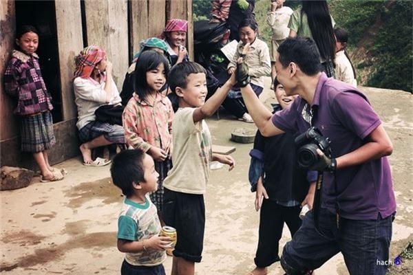 Mỗi chuyến đi vùng cao, để lại trong lòng du khách ấn tượng đáng nhớ là đôi mắt thơ ngây của những đứa trẻ nơi các bản làng nghèo khó.