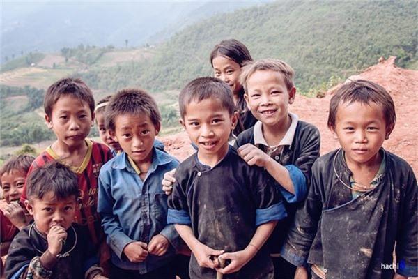 Ở đây, mỗi nhà thường có rất nhiều trẻ con và dù cuộc sống còn nhiều khó khăn nhưng gương mặt của chúng vẫn bừng sáng những nụ cười.