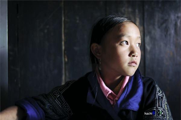 Một cô bé người H'Mông trong điểm trường nội trú tại xã Chế Tạo, Mù Cang Chải. Mù Cang Chải là huyện nghèo nhất tỉnh Yên Bái, Chế Tạo lại là xã khó khăn nhất của huyện.