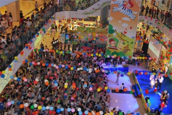 Mua sắm trong trung tâm thương mại Savico MegaMall Long Biên