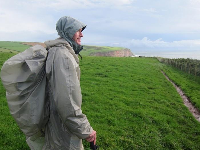 Áo mưa và túi chùm ba lô cũng là vật bất ly thân trong mùa đông sương giá - Ảnh: sưu tầm