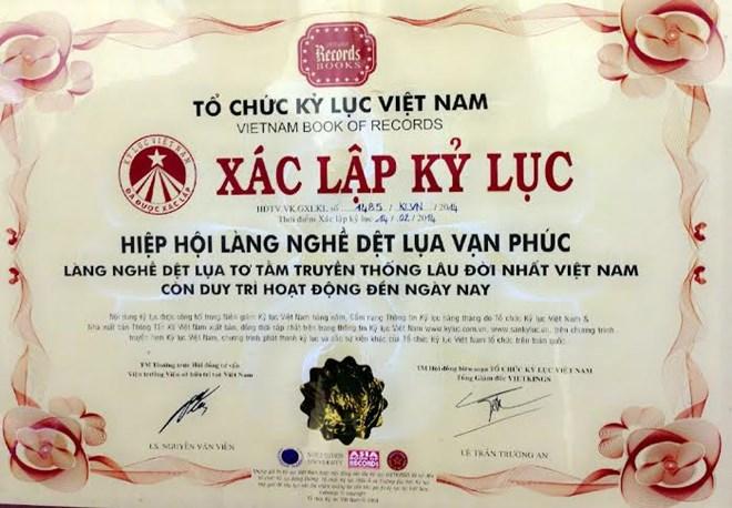 Lụa Vạn Phúc được tổ chức kỷ lục Việt Nam ghi nhận là làng dệt tơ tằm truyền thống lâu đời nhất hiện nay