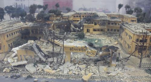 Bệnh viện Bạch Mai bị bom B52 tàn phá