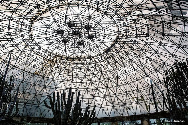 Nhà vòm bằng kính cũng khiến nhiều du khách cảm thấy phấn khích và chụp được nhiều bức ảnh lạ.