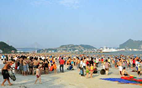 Biển Bãi Cháy ngày hè