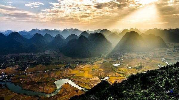 Chọn một góc cao, bạn sẽ cảm thấy vô cùng yên bình, thư thái khi ngồi ngắm vẻ đẹp trù phú của thung lũng Bắc Sơn trong ánh nắng sớm, và chắc chắn đừng quên ghi lại hình ảnh bình minh rực rỡ ấy cho riêng mình.