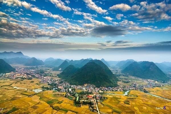 Thị trấn Bắc Sơn nằm trọn trong lòng thung lũng rộng lớn, bao quanh là những ngọn núi nhỏ nằm sát nhau.