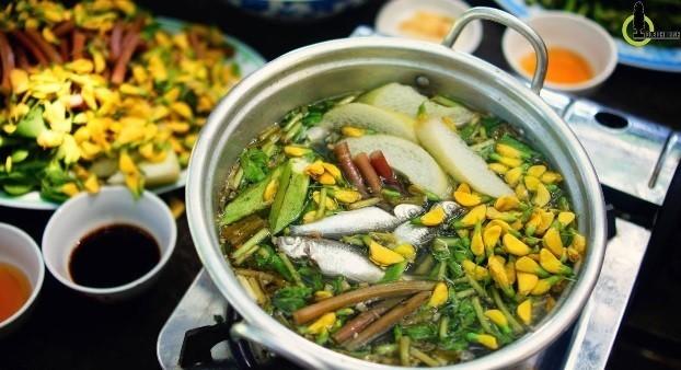 Lẩu cá linh bông điên điển - đặc sản mùa nước nổi. Ảnh: Nam Chấy.