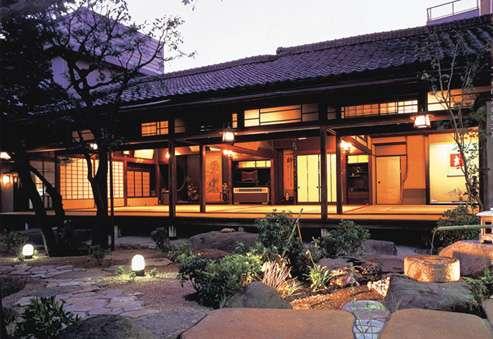Có thể chọn những khách sạn truyền thống để trải nghiệm một Nhật Bản cổ xưa