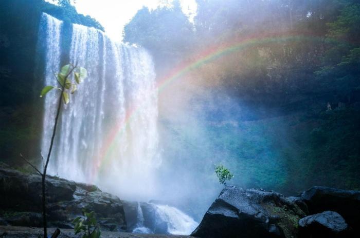 Cầu vồng tam sắc ở thác Đambri - Ảnh: Huynh Minh