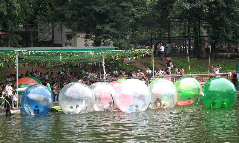 Trò chơi bóng nước thu hút cả trẻ em và người lớn ở công viên Thủ Lệ