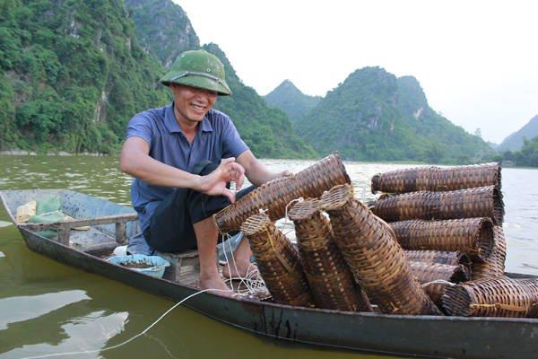 Du lịch Hà Nội - Chiều chiều, người dân sống xung quanh hồ lại đi đặt tó bẫy tôm.