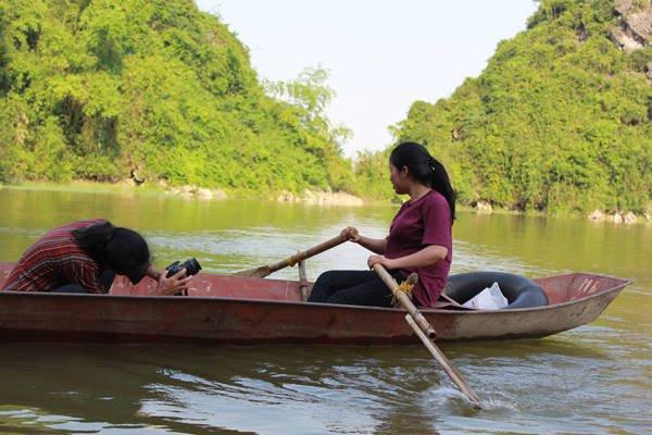 """Du lịch Hà Nội - Tự mình trải nghiệm cảm giác """"cầm lái"""" và nhờ người chèo thuyền ghi lại khoảnh khắc đó. Họ cũng chính là những """"hướng dẫn viên du lịch"""" nghiệp dư giới thiệu cho khách đầy đủ các cảnh đẹp của hồ Quan Sơn."""