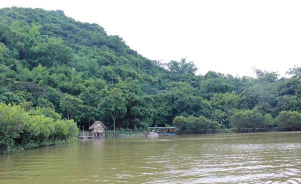 Du lịch Hà Nội - Qua đầm sen, con thuyền lướt nhẹ đưa khách tới nơi có tên gọi là Hoa Quả Sơn. Đây thực chất là khu đất của một người dân vỡ đất khai hoang.