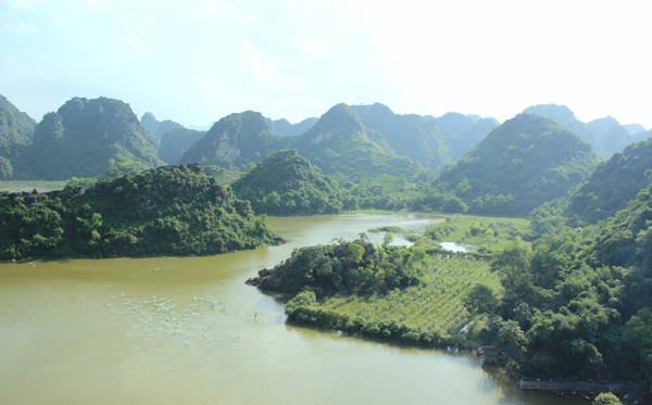 Du lịch Hà Nội - Hồ Quan Sơn nhìn từ đỉnh Hoa Quả Sơn.