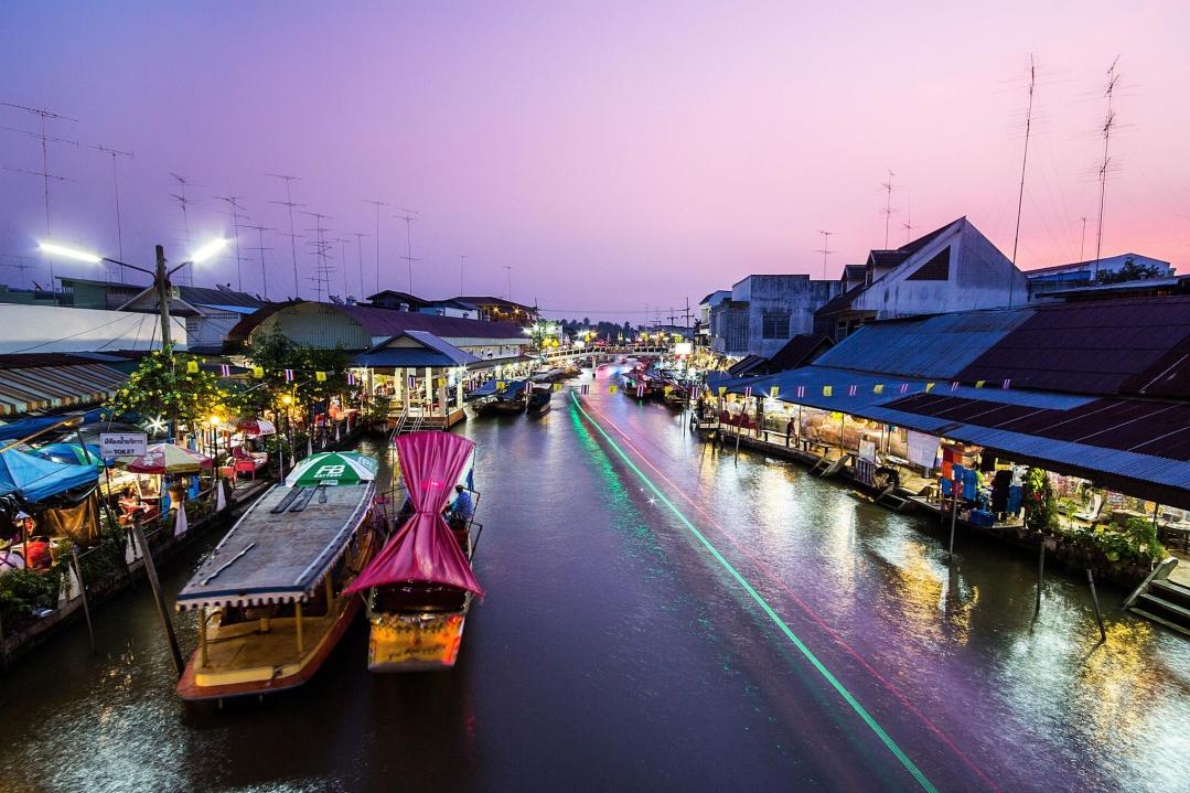 Khu chợ nhộn nhịp, đa sắc màu vào buổi tối