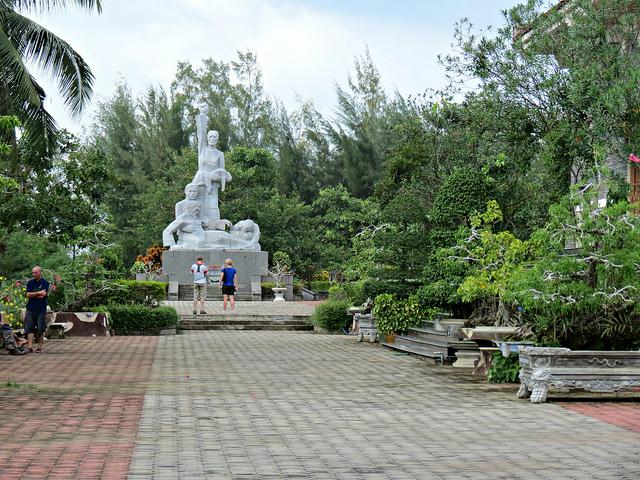 Đài tưởng niệm ở khu chứng tích Mỹ Sơn