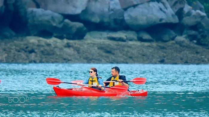 Chèo thuyền Kayak trên vịnh Bái Tử Long - Ảnh: Khoi Tran Duc