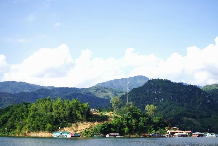 Về Hòa Bình, bên cạnh một Mai Châu nên thơ, nổi tiếng với hình thức du lịch cộng đồng, du khách còn có dịp tham quan lòng hồ Hòa Bình bằng thuyền. Trước khi nhà máy thủy điện Sơn La khánh thành, Hòa Bình là nhà máy thủy điện lớn nhất Việt Nam và Đông Nam Á.