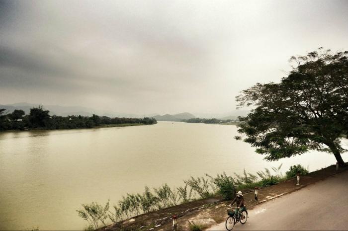 Đạp xe dọc bờ sông Hương ngày đông, ta thấy lòng an yên, tĩnh tại - Ảnh: La Tur