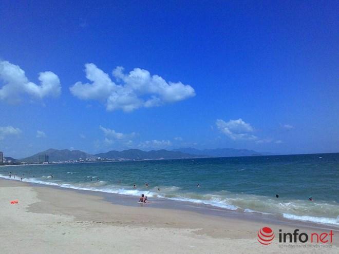 Khánh Hoà nổi tiếng với những bãi biển dài, nước xanh, cát trắng cùng những ngọn sóng vừa đủ lớn để du khách nô đùa thoả thích.