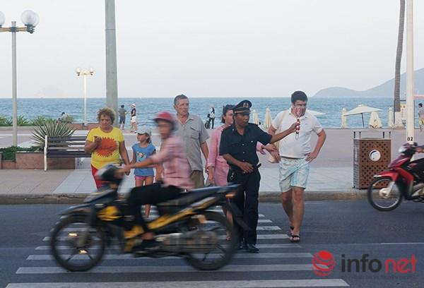 Hàng ngày, tại các điểm đông khách du lịch luôn có lực lượng xung kích túc trực để đưa du khách sang đường.