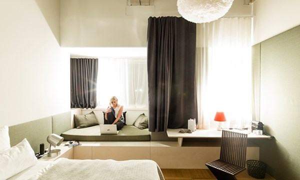 Một góc không gian phòng trong Flushing Meadows Hotel & Bar. Ảnh Guardian