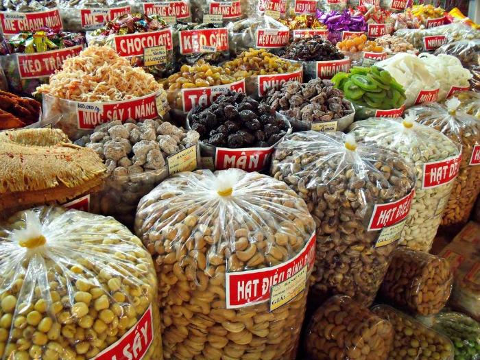 Có thể mua bánh mứt, đồ khô mang theo ăn trên đường - Ảnh: Linda De Volder