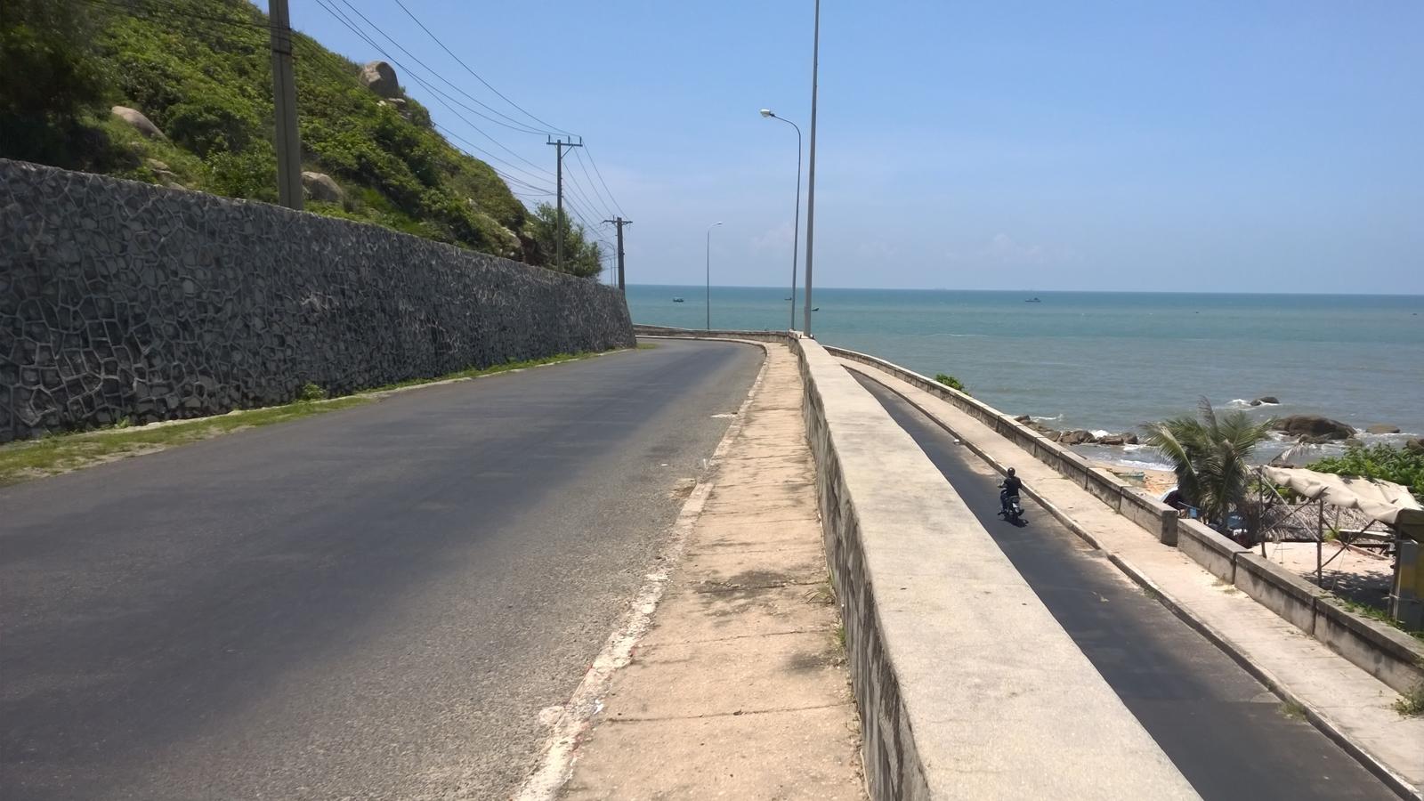 Đường ven biển đoạn Long Hải. Ảnh: Tiểu Duy