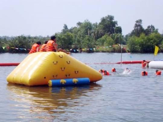 Đảo Dừa Lửa: Cách Sài Gòn chỉ 12 km, tại đây cung cấp nhiều dịch vụ vui chơi thú vị như bơi xuồng, tắm sông, nhưng vẫn giữ được sự hoang sơ, thanh bình, không hàng quán nhộn nhịp. Không khí trong lành, gió mát rượi giúp thư thái tinh thần, đúng chất nghỉ dưỡng.