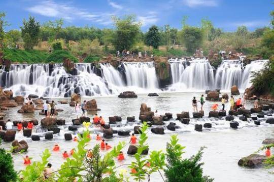 Thác Giang Điền – Đồng Nai: Khu sinh thái xanh mát được quy hoạch lại nên an toàn và sạch đẹp. Thích hợp cắm trại, picnic và tắm thác.