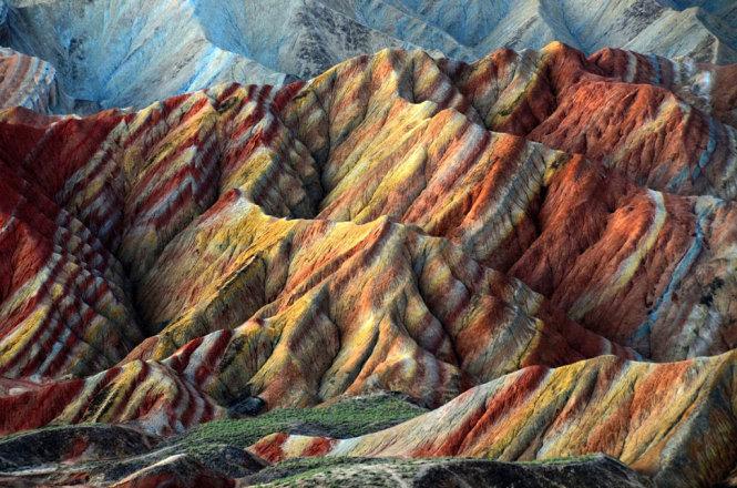 """Thuật ngữ """"địa hình Đan Hà"""" không chỉ nói về những ngọn núi ở khu công viên địa chất, mà còn ở nhiều khu vực khác tại Trung Quốc. Mỗi địa hình được hình thành từ hàng triệu năm trước nhờ sự chuyển động của các mảng kiến tạo và sự phong hóa của đá sa thạch, tạo ra những khung cảnh tuyệt đẹp. Năm 2010, UNESCO công nhận sáu địa hình tại Trung Quốc là """"Đan Hà"""". Trong đó, địa hình ở tỉnh Cam Túc là lớn nhất, bao phủ gần 300km²."""