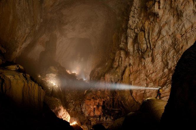 Hang Sơn Đoòng nằm trong Vườn quốc gia Phong Nha – Kẻ Bàng, là một trong những hang động lớn nhất thế giới, đủ sức chứa một chiếc máy bay Boeing 747.