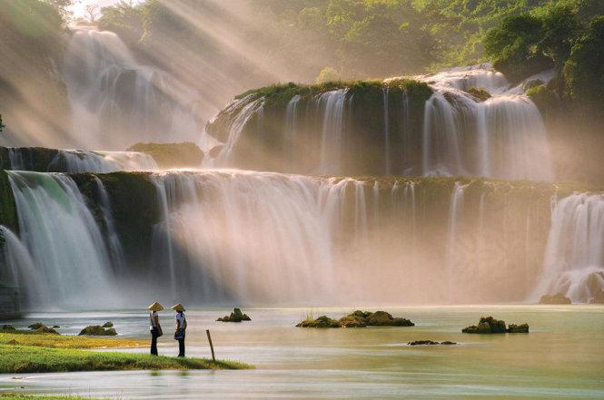 Với vị trí nằm giữa biên giới Việt Nam và Trung Quốc, thác Bản Giốc được so sánh như thác Niagara (nằm giữa Canada và Mỹ).