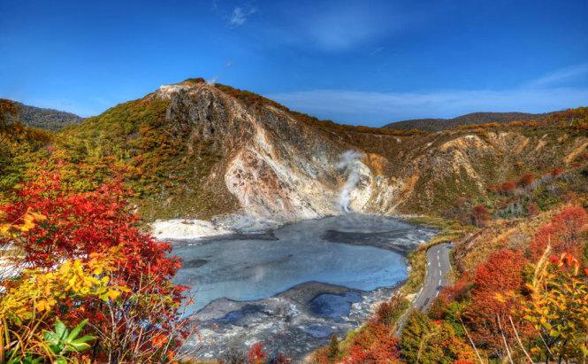 Thung lũng Jigoku nằm trên đảo Hokkaido và là một phần thuộc Công viên quốc gia Shikotsu-Toya gần thành phố Noboribetsu. Khu vực này nổi tiếng với các suối nước nóng chữa bệnh.