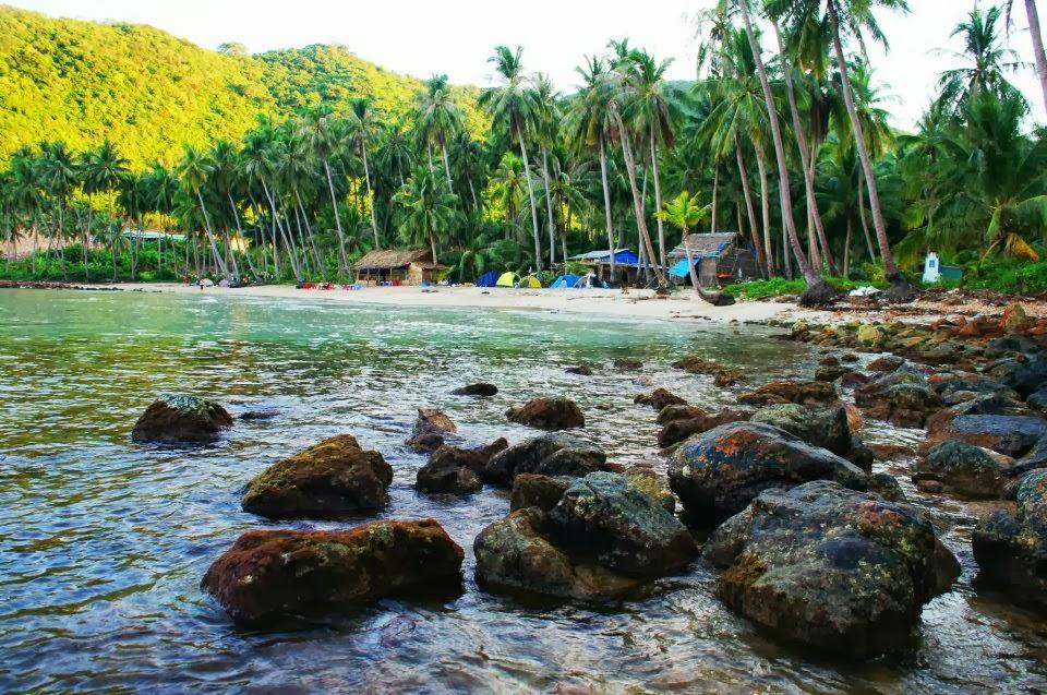 Hòn Mấu Nam Du có làn nước trong xanh và hàng dừa có tuổi thọ bằng cả đời người