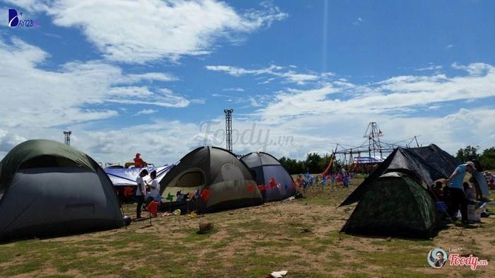 Trong những chiếc lều dưới trời xanh