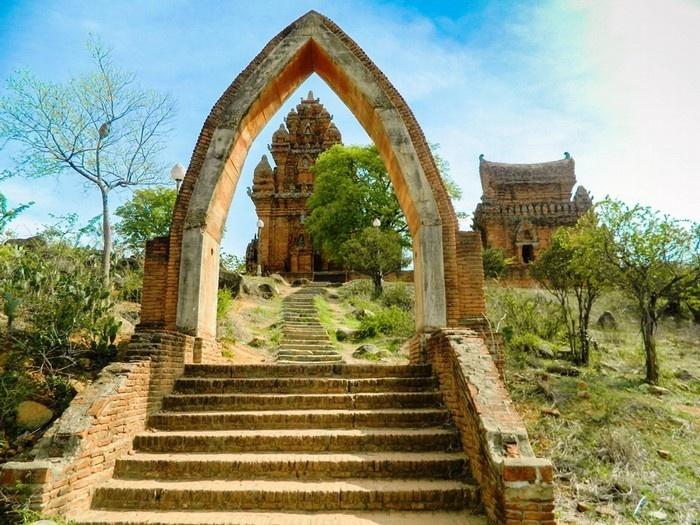 Poklong Garai là một trong những cụm tháp Chăm nổi tiếng nhất Việt Nam - Ảnh: Bảo Nghi