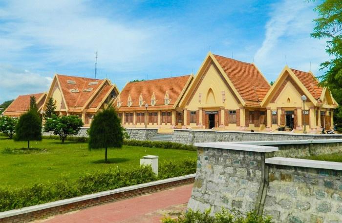 Khung cảnh rộng lớn của công trình phụ trợ phía dưới đồi Phan Rang