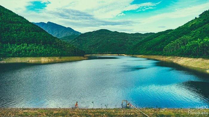 Hồ Xạ Hương xanh ngắt trong veo ngày tháng 3