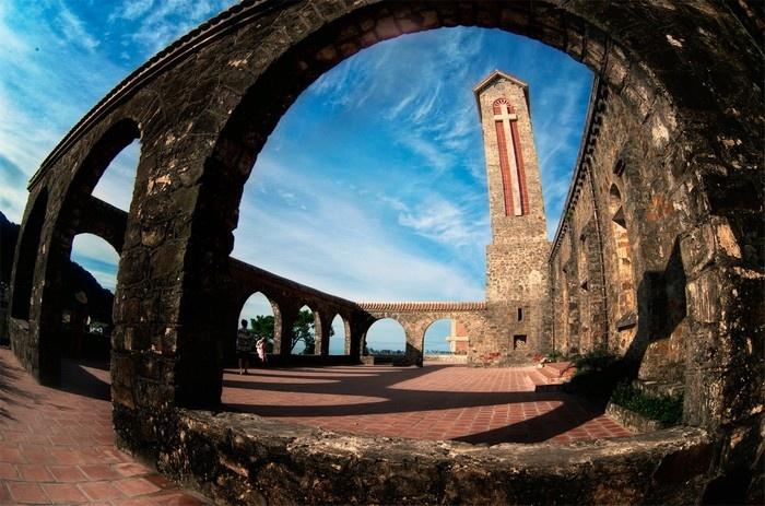 Nhà thờ cổ Tam Đảo một ngày trời trong