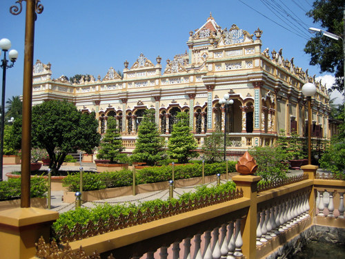 Chùa Vĩnh Tràng ngày nay là sự kết hợp kiến trúc Angkor và Âu