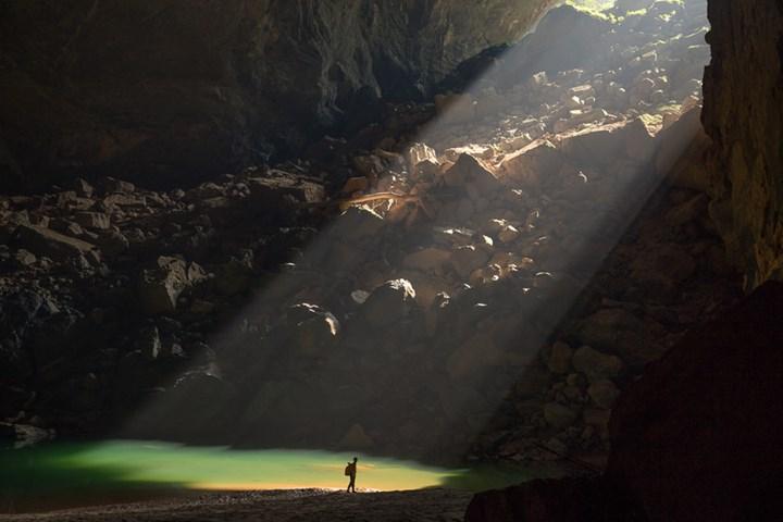 Bên trong hang Én