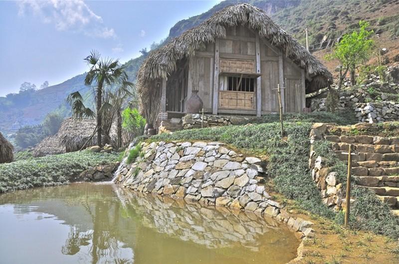 Đến đây, bạn sẽ được ở trong những bungalow giữa những thửa ruộng bậc thang xanh mướt lưng chừng núi. Trước nhà sàn lớn còn có một chiếc hồ nhân tạo lát đá rất xinh, tạo khung cảnh lãng mạn cho homestay.