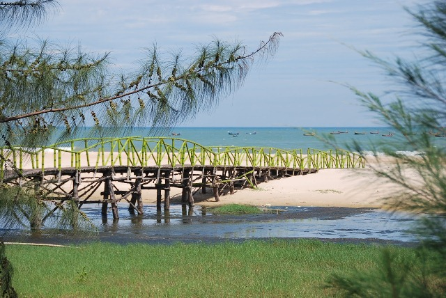 Hồ Cốc nằm ở xã Bưng Biền, huyện Xuyên Mộc, là một bãi biển hoang sơ, trong xanh và sạch đẹp. Ngoài tắm biển, các bạn có thể đi dạo quanh biển, chụp ảnh bên chiếc cầu gỗ và những tảng đá to, đá nhỏ…